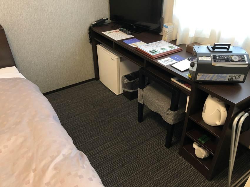 屋内, 机, テーブル, 部屋 が含まれている画像 自動的に生成された説明