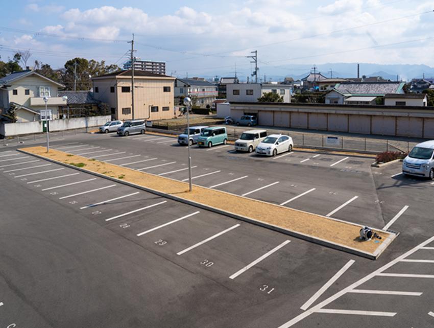 空港の駐車場 自動的に生成された説明